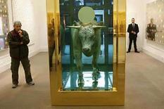 <p>Foto de archivo de la obra 'El becerro de oro' del artista británico Damien Hirst en Sotheby's en Londres, 8 sep 2008. La obra de Damien Hirst compuesta por un toro flotando en un tanque de formol con su cabeza coronada por un disco de oro se vendió el lunes por 10,35 millones de libras (18,6 millones de dólares), un récord para una subasta de arte contemporáneo, informó Sotheby's. El artista británico de 43 años sorprendió al mundo del arte cuando dio a conocer que 223 nuevos trabajos suyos serían subastados por la casa Sotheby's en Londres en la primera venta masiva de este tipo de un artista de su calibre. Photo by Suzanne Plunkett/Reuters</p>