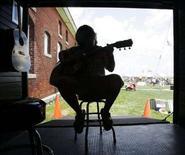 <p>Ragazzo suona la chitarra in un'immagine d'archivio. REUTERS/Brian Snyder (Usa)</p>