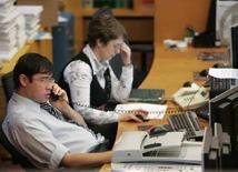 <p>Трейдеры на торгах ММВБ в Москве 15 сентября 2008 года. Торги акциями на ММВБ приостановлены на час до 17.42 МСК из-за падения индекса, сказал Рейтер представитель биржи REUTERS/Alexander Natruskin (RUSSIA)</p>