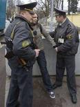 <p>Белорусские милиционеры задерживают протестующую у российского посольства в Минске 2 апреля 2008 года. Сотрудники ОМОНа рассеяли оппозиционную акцию протеста на центральной площади Минска, в которой участвовали ряд кандидатов на предстоящие 28 сентября парламентские выборы. Несколько оппозиционных активистов пострадали в возникших стычках с милиционерами. REUTERS/Vasily Fedosenko (BELARUS)</p>