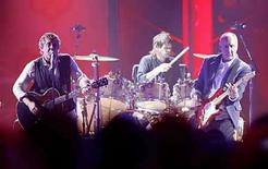 <p>Foto de archivo de Roger Daltrey (izquierda) y Pete Townshend de The Who durante un concierto en los VH1 Rock Honors: El concierto de The Who en Los Angeles, EEUU, 12 jul 2008. El álbum de 'covers' que preparaba la banda The Who, cuya producción estaría a cargo de T-Bone Burnett, fue suspendido, aunque continua dentro de los planes del grupo británico, según su líder Roger Daltrey. Daltrey señaló a Billboard.com que el proyecto de covers está 'sin status' por el momento debido a los compromisos de Burnett con una gira de Robert Plant y Alison Krauss. (Foto de archivo) Photo by (C) MARIO ANZUONI / REUTERS/Reuters</p>