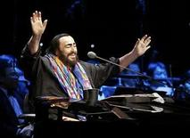 <p>Foto de archivo del tenor italiano Luciano Pavarotti durante su concierto de despedida en Pekín, 10 dic 2005. El tenor italiano Luciano Pavarotti será honrado en un concierto de caridad en Petra, Jordania, a poco más de un año de su muerte, dijeron el martes los organizadores. Las ganancias del concierto del 12 de octubre serán destinadas a proyectos del Alto Comisionado de las Naciones Unidas para los Refugiados (ACNUR) y del Programa Mundial de Alimentos (PMA) de la ONU en Afganistán, al igual que para el sitio arqueológico de Petra, a 80 kilómetros de Amán. (Foto de archivo) Photo by (C) CDIC / REUTERS/Reuters</p>