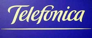 <p>Foto de archivo del logo de la compañía Telefónica en sus cuarteles centrales de Madrid, 28 feb 2008. Telefónica Chile dijo el martes que convocó a una asamblea de accionistas para el 7 de octubre, en que se votará la modificación de los estatutos de la firma, luego de que la española Telefónica anunció una oferta pública de adquisición (OPA) sobre los títulos que no posee de la compañía. Telefónica Chile, la mayor operadora de telefonía fija del país, dijo que la citación fue solicitada por Telefónica Internacional Chile, dueña del más del 10 por ciento de la compañía y filial de la española Telefónica. (Foto de archivo) Photo by (C) SERGIO PEREZ / REUTERS/Reuters</p>