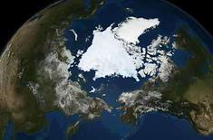<p>Fotografía satelital de la NASA de la capa de hielo del océano Artico, 10 sep 2008. El hielo marino del Artico se derritió a su segundo nivel más bajo este verano, aumentando levemente desde el registro del 2007, aunque todavía muestra una tendencia a la baja, en un claro síntoma del cambio climático, dijeron el martes científicos estadounidenses. El hielo bajó a su mínima extensión del 2008 el 12 de septiembre, cuando cubrió 4,52 millones de kilómetros cuadrados, y ahora parece estar creciendo a medida que el Artico inicia su temporada de enfriamiento, dijo el Centro Nacional de Nieve y Hielo de Estados Unidos. Photo by Reuters (Handout)</p>