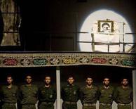 <p>Стражи исламской революции на учениях на военной базе в Тегеране 8 сентября 2008 года. Духовный лидер Ирана аятолла Али Хаменеи назначил элитное военное подразделение - Корпус стражей Исламской революции - охранять богатый нефтью район Персидского залива от возможных нападений, цитируют местные СМИ главного военного советника аятоллы Яхью Рахима-Сафави. REUTERS/Morteza Nikoubazl (IRAN)</p>