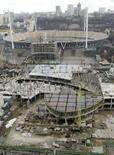 <p>Строящийся торговый центр на фоне Олимпийского стадиона в Киеве 23 января 2008 года. Союз европейских футбольных ассоциаций (УЕФА) на следующей неделе опубликует доклад, в котором в очередной раз упрекнет Украину и Польшу в медленных темпах подготовки к чемпионату Европы 2012 года, который пройдет в этих странах. REUTERS/Konstantin Chernichkin</p>