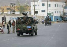 <p>Солдаты патрулируют улицу у посольства США в Сане 17 сентября 2008 года. Как минимум 14 человек погибли в среду в результате взрыва у посольства США в Йемене, за которым последовала интенсивная перестрелка, сообщил источник в полиции страны. Один из убитых, как сообщается, был участником нападения на дипмиссию. REUTERS/Khaled Abdullah (YEMEN)</p>