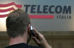 <p>Selon une source proche du dossier, Telecom Italia envisage de faire entrer un nouvel investisseur dans son capital tout en réfléchissant à une scission de son activité dans la téléphonie fixe. /Photo d'archives/REUTERS/Dario Pignatelli</p>