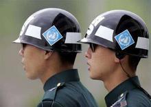 <p>Корейские военнослужащие стоят в карауле у деревни Панмуньом 16 мая 2007 года. Группа представителей гуманитарного агентства ООН посетит Южную Осетию и Абхазию, чтобы оценить ситуацию, сложившуюся после краткосрочной войны Грузии с Россией в августе, сообщила ООН во вторник. REUTERS/Lee Jae-Won (SOUTH KOREA)</p>
