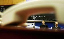 <p>Trader al lavoro. REUTERS/Alex Grimm</p>