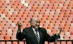 <p>O presidente da Fifa, Joseph Blatter, gesticula durante visita a estádio em Johanesburgo em 17 de setembro. Blatter sugeriu que as cotas continentais podem mudar nas próximas Copas do Mundo, para que a competição reflita o crescimento do futebol fora dos tradicionais centros da Europa e da América do Sul. Photo by Siphiwe Sibeko</p>