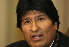 <p>El presidente de Bolivia, Evo Morales, habla con la prensa en el palacio presidencial en La Paz, 16 sep 2008. El primer presidente indígena de Bolivia, el izquierdista Evo Morales, manejó con habilidad una violenta crisis política de la cual salió fortalecido para abrir conversaciones con los gobernadores opositores que se resisten sus reformas socialistas. Al menos 17 personas murieron la semana pasada en una ola de violencia política durante la cual opositores a Morales irrumpieron en edificios del Gobierno, sabotearon vitales gasoductos de exportación y se enfrentaron con partidarios del presidente en cuatro regiones controladas por la derecha. Photo by Gaston Brito/Reuters</p>