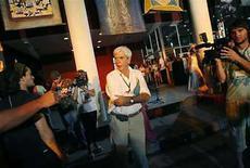 <p>Foto de archivo del cineasta cubano Humberto Solás a la salida de un cine en Gibara, Cuba, 14 abr 2008. El cineasta cubano Humberto Solás, director de un festival de cine alternativo comparado con el Sundance Film Festival estadounidense, murió el miércoles a los 65 años. Solás fue el director de clásicos cubanos como 'Lucía' (1968), 'Miel para Oshún' (2001) y 'Barrio Cuba' (2005). (Foto de archivo) Photo by (C) CLAUDIA DAUT / REUTERS/Reuters</p>