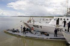 <p>Береговая охрана США осматривает похожее на подводную лодку судно у побережья Коста-Рики 17 сентября 2008 года. Служба береговой охраны США задержала в международных водах самодельную подводную лодку, перевозившую из Южной Америки в США семь тонн кокаина, сообщили власти Коста-Рики. REUTERS/Monica Quesada (COSTA RICA)</p>