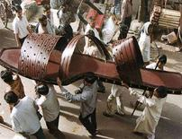 <p>Индийские рабочие несут гигантскую туфлю в Агре 29 мая 2001 года. Сербский портной Милорад Бирач хочет сшить самые широкие штаны в мире, а затем примерит их на сотне мужчин, сообщила белградская газета Politika в среду. REUTERS/Stringer</p>
