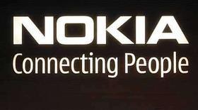 <p>Foto de archivo del logo corporativo de Nokia en su sede central en Helsinki, 9 jul 2008. El primer modelo de teléfono con acceso libre a música de Nokia saldrá a la venta el 17 de octubre en Gran Bretaña, dijo el minorista Carphone Warehouse en su sitio de internet. El paquete 'Comes with Music' de Nokia, de teléfono y servicio de música, podría ayudar a la industria discográfica a compensar la caída de las ventas de discos, mientras desafía la predominancia del iTunes de Apple en el mercado de música digital. (Foto de archivo) Photo by (C) BOB STRONG / REUTERS/Reuters</p>