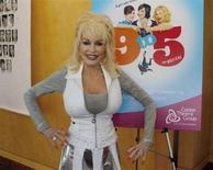 """<p>La star del country Dolly Parton. Circa 30 anni dopo aver partecipato al film """"9 to 5"""" (""""Dalle 9 alle 5...orario continuato"""") e averne scritto la colonna sonora di successo, Dolly Parton debutterà nel suo primo musical a teatro a Los Angeles domani prima di andare a Broadway. REUTERS/Fred Prouser</p>"""