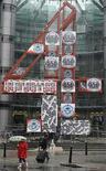 <p>Foto de archivo del logo del canal 'Channel 4' de Gran Bretaña, fuera de las oficinas centrales de la cadena en Londres, 23 abr 2008. Los británicos pasan 14 años de sus vidas frente al televisor y no les importa demasiado lo que ven, según un sondeo publicado el viernes. Una investigación encargada por Virgin Media halló que un 29 por ciento de los británicos pasa 20 horas a la semana mirando televisión. Photo by (C) TOBY MELVILLE / REUTERS/Reuters</p>