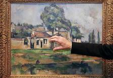 <p>Edmund Capon de la galería de arte New South Wales muestra la obra 'Bords de la Marne' del impresionista Paul Cezzane en Sidney, 19 sep 2008. Una galería de arte australiana pagó 13 millones de dólares por una obra del impresionista francés Paul Cezanne, lo que convierte a la pieza en la pintura más cara jamás comprada por una galería pública australiana. 'Bords de la Marine', pintada por Cezanne en 1888, ha estado durante más de cien años en la colección privada de una familia suiza, dijo el viernes el director de la Galería de Arte de Nueva Gales del Sur, Edmund Capon. Photo by Daniel Munoz/Reuters</p>