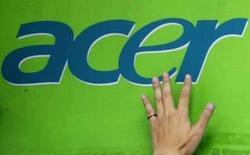 <p>Mão de um homem sobre logo da Acer, ao colar o logo da empresa, em Taipé, Taiwan, no dia 23 de abril. A Acer, terceira maior fabricante mundial de computadores, espera que as vendas mais fortes de computadores pessoais elevem sua receita para 'bem perto' de 20 bilhões de dólares este ano, acima das expectativas do mercado e com alta de cerca de 40 por cento ante o ano passado. Photo by Nicky Loh</p>