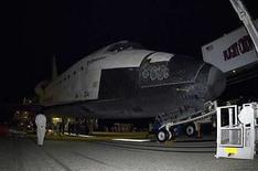 <p>Foto de archivo del transborador espacial Endeavour de regreso en Cabo Cañaveral tras realizar una misión de 16 días en la Estación Espacial Internacional, EEUU, 26 mar 2008. Un transbordador espacial que podría ser enviado para rescatar a la misión del telescopio espacial Hubble en caso de una emergencia fue llevado el viernes a una plataforma de lanzamiento en el Centro Espacial Kennedy. El transbordador Endeavour, que en noviembre será lanzado en dirección a la Estación Espacial Internacional, también será preparado como un plan de refuerzo para la misión del telescopio Hubble del mes próximo, en la que participará la nave Atlantis. Photo by (C) HO NEW / REUTERS/Reuters</p>