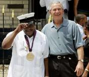 <p>O presidente dos Estados Unidos George W. Bush (dir) se encontra com o musicista Fats Domino em Nova Orleans, dia 29 de agosto de 2006. O baterista de rhythm and blues Earl Palmer, mais conhecido por suas performances em Nova Orleans com nomes como Fats Domino e Little Richard, morreu na sexta-feira, em sua casa, em Los Angeles, aos 84 anos, afirmou sua família. Photo by Jim Young</p>