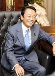 <p>El próximo primer ministro japonés, Taro Aso (en la foto), tendrá que lidiar con importantes problemas, desde la desaceleración económica hasta los temores sobre la seguridad alimentaria, pero entre ellos nunca estarán las arrugas en los pantalones. Los medios de comunicación locales, ávidos de información sobre el nuevo líder del partido gobernante de Japón, se han fijado en sus inusuales pantalones, que están hechos con pequeñas piezas de plomo cosidas en sus dobladillos para ayudarles a caer siempre de manera impecable. Photo by Pool/Reuters</p>