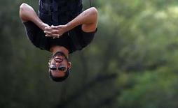 <p>El mago David Blaine durante una actuación en Central Park en Nueva York, EEUU, 22 sep 2008. ¡Es un pájaro! ¡Es un murciélago! Es ... ¿David Blaine? Blaine (en la foto), un mago y showman de 35 años, se colgó boca abajo el lunes en lo alto de la pista de hielo Wollma, en el Central Park de Nueva York, y piensa quedarse allí durante 60 horas. Photo by Eric Thayer/Reuters</p>
