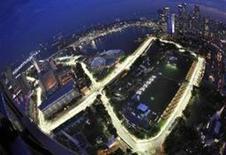 <p>Vista aérea de parte iluminada do novo circuito de rua da Fórmula 1 em Cingapura. REUTERS/Tim Chong</p>