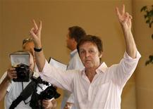<p>El cantante Paul McCartney saluda a los fotógrafos a su llegada a Tel Aviv, Israel, 24 sep 2008. REUTERS/Gil Cohen Magen (ISRAEL)</p>