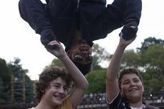 <p>David Blaine cumprimenta fãs enquanto tenta façanha de ficar 60 horas de ponta cabeça em Nova York. REUTERS/Joshua Lott (UNITED STATES)</p>