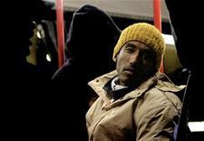 <p>Immagine d'archivio di un passeggero in un autobus a Milano. REUTERS/Loris Savino</p>