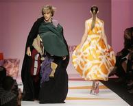 """<p>Vêtu d'une longue cape noire recouvrant un habit improbable fait de pièces de tissu colorées, l'acteur comique britannique Sacha Baron Cohen, rendu célèbre par son personnage de reporter kazakh """"Borat"""", a perturbé le défilé de mode d'Agatha Ruiz de la Prada à Milan et a dû être expulsé par les agents de sécurité. /Photo prise le 26 septembre 2008/REUTERS/Alessandro Garofalo</p>"""