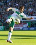 <p>Brasileiro do Werder Bremen Diego marco bonito gol na vitória da equipe por 5 x 4 sobre o Hoffenheim no Campeonato Alemão, neste sábado. REUTERS/Christian Charisius</p>