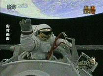 <p>L'astronauta cinese Zhai Zhigang saluta uscendo dalla navicella spaziale Shenzhou VII. REUTERS/CCTV via Reuters TV.</p>