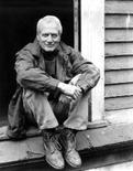 <p>El legendario actor Paul Newman, a quien sus brillantes ojos azules, atractivo y talento convirtieron en una de las estrellas más importantes de Hollywood durante seis décadas, murió a los 83 años, anunció el sábado su portavoz Jeff Sanderson. El actor estuvo luchado contra un cáncer durante los últimos meses. REUTERS (EEUU)</p>
