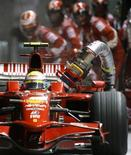 <p>Felipe Massa deixa o boxe da Ferrari com a mangueira de combustível ainda presa ao carro no GP de Cingapura, neste domingo. REUTERS/Eugene Hoshiko/Pool</p>