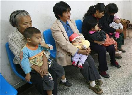 Children wait to receive medical checks for possible kidney stones at a hospital in Suining, Sichuan province September 17, 2008. REUTERS/Stringer