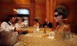 <p>A waitress pours champagne into glasses at the foyer of Prague's Municipal House before the final of the Elite Model Look competition in Prague, April 21, 2008. REUTERS/Petr Josek</p>
