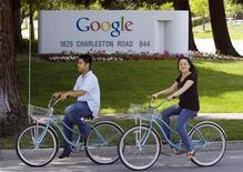 <p>Due ciclisti davanti alla sede Google di Mountain View, California. REUTERS/Kimberly White</p>