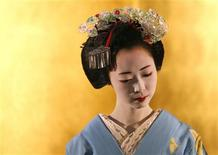 <p>A maiko, (apprentice geisha) from the Gion district in Kyoto, performs a dance at an event to promote Kyoto's traditional culture in Tokyo, July 4, 2008. REUTERS/Toru Hanai</p>