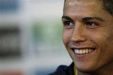 <p>O jogador de futebol Cristiano Ronaldo foi convocado novamente nesta sexta-feira para defender a seleção de Portugal nos jogos das eliminatórias da Copa do Mundo de 2010 contra Suécia e Albânia. REUTERS/Stefan Wermuth</p>