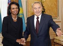 <p>Нурсултан Назарбаев приветствует Кондолизу Райс в Астане, 5 октября 2008 года. Госсекретарь США Кондолиза Райс в воскресенье прибыла в Казахстан с визитом, целью которого является укрепление энергетических связей между двумя государствами. (REUTERS/Ho New)</p>