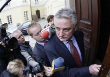 <p>Ministro do Esporte da Polônia, Miroslaw Drzewiecki, chega ao ministério, em Varsóvia, nesta segunda-feira. REUTERS/Peter Andrews</p>