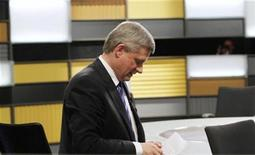 <p>Prime Minister Stephen Harper looks at his notes after the French leaders' debate in Ottawa, October 1, 2008. REUTERS/Tom Hanson/Pool</p>