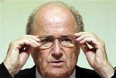 <p>Президент ФИФА Зепп Блаттер поправляет очки во время пресс-конференции в Пекине 21 августа 2008 года. Международная футбольная федерация ФИФА отказалась от применения санкций в отношении Варшавы после достижения соглашения с польским правительством, заявил президент ФИФА Сепп Блаттер. REUTERS/Grace Liang</p>