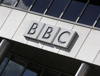 <p>Логотип радиовещательной корпорации BBC изображен на здании в Лондоне, 17 октября 2007 год Верховный суд Таджикистана в понедельник приговорил к 15 годам лишения свободы убийцу бывшего главы персидской службы британской радиовещательной корпорации BBC Мухиддина Олимпура, сообщил пресс-секретарь суда. REUTERS/Stephen Hird (BRITAIN)</p>
