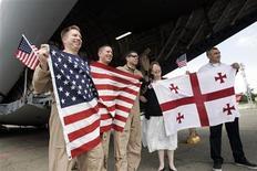 <p>Американские военные и гражданские лица держат американский и грузинский флаги в аэропорту Тбилиси, 14 августа 2008 года Представители США и Грузии на прошлой неделе обсудили возможность переговоров, посвященных соглашению о свободной торговле, и планируют предварительные консультации на эту тему, сообщил помощник торгового представителя США Джон Вероно. REUTERS/David Mdzinarishvili (GEORGIA)</p>