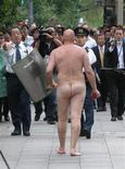 <p>Un homme entièrement nu a plongé mardi dans les douves du palais impérial à Tokyo et a escaladé l'enceinte de la résidence avant d'être maîtrisé par la police. /Photo prise le 7 octobre 2008/REUTERS/Kyodo</p>