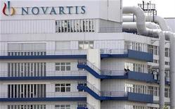 <p>Foto de archivo de la planta de la compañía Novartis en Schweizerhalle, Suiza, 21 jul 2008. El medicamento de Novartis AG NVA237 obtuvo resultados alentadores en un ensayo en etapa intermedia sobre pacientes que padecen una enfermedad pulmonar progresiva muy común entre los fumadores, informó el martes el laboratorio suizo. REUTERS/Christian Hartmann</p>